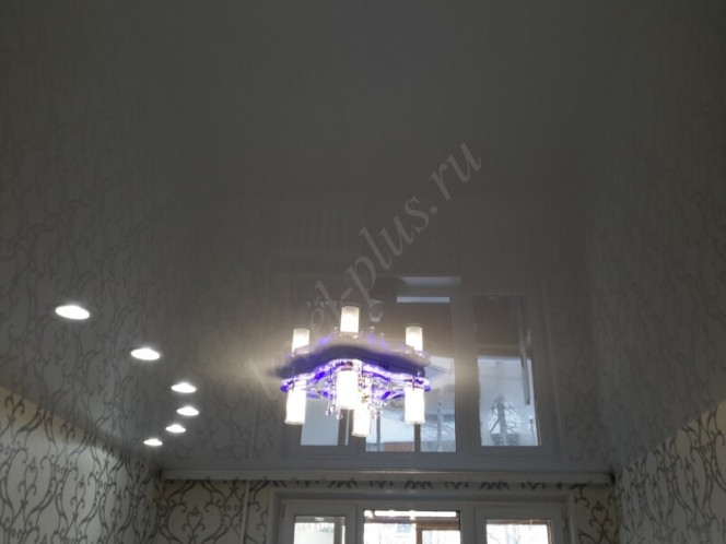 Глянцевые потолки белые