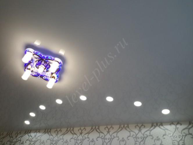 Глянцевые потолки светильники дуга