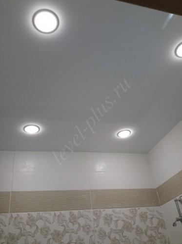 Глянцевые натяжные потолки ванная