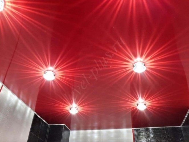 Глянцевый потолок со светильниками Нефтеюганск