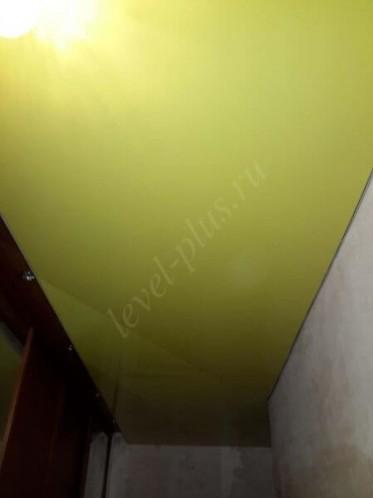 Желтый глянцевый потолок в Сургуте