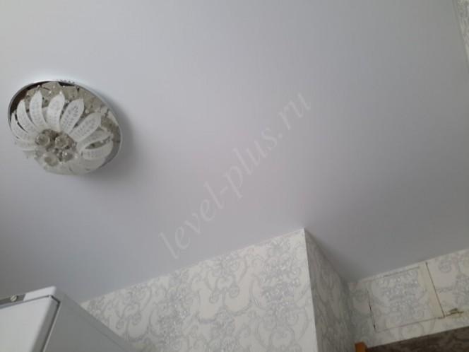 Матовые натяжные потолки люстра