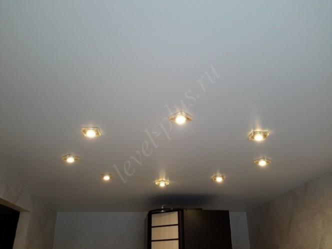 Матовые натяжные потолки светильники круг
